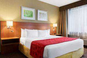 A bed or beds in a room at Ramada Plaza by Wyndham Montreal