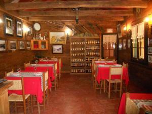 Un restaurante o sitio para comer en L'Emiliano Cabañas-Ristorante