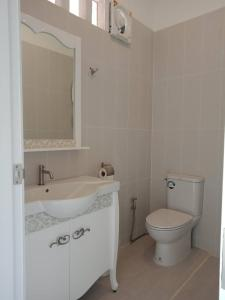 A bathroom at Koh Tao Coral Grand Resort
