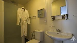 A bathroom at Al-Burhan Hotel