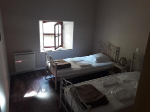 A bed or beds in a room at La Coquille