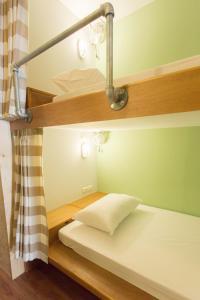 Een bed of bedden in een kamer bij Barn & Bed Hostel