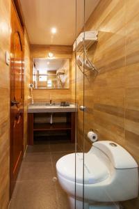 A bathroom at Inti Punku Machupicchu Hotel & Suites