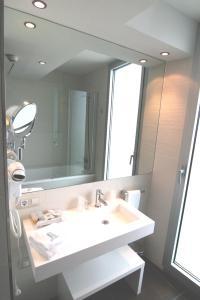 Un baño de Ágora Spa & Resort
