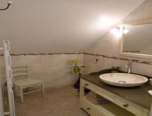 A bathroom at 7 , le Haut Montrayé