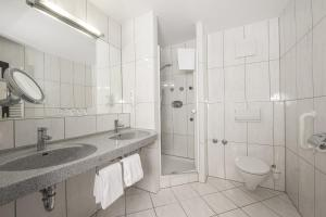 A bathroom at Johannesbad Hotel Königshof