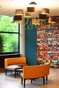 The lounge or bar area at Logis Lyon Est Porte de l'Ain