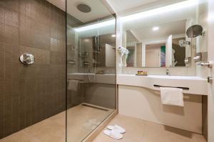 A bathroom at Holiday Inn Naples, an IHG Hotel