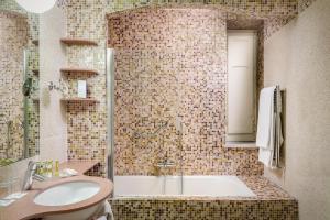 A bathroom at Eurostars Centrale Palace Hotel
