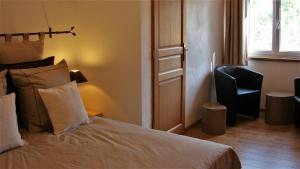 A bed or beds in a room at La Bordette