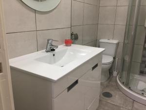 A bathroom at Invicta House Maia