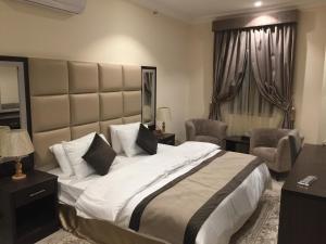 Cama ou camas em um quarto em Alshaheen Suites