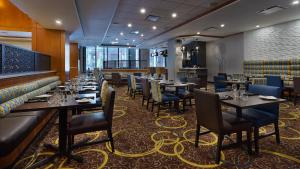 A restaurant or other place to eat at Hilton Garden Inn Montreal Centre-Ville