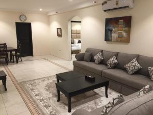 Uma área de estar em Alshaheen Suites