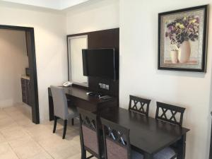 Uma TV ou centro de entretenimento em Alshaheen Suites