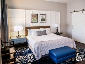 A bed or beds in a room at The Heathman Hotel
