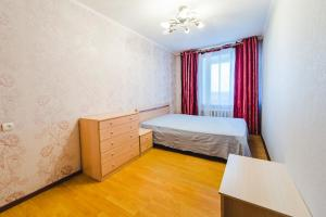 Кровать или кровати в номере Dekabrist apartment at Babushkina 32b