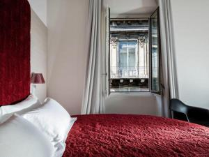 A bed or beds in a room at Duomo Suites & Spa