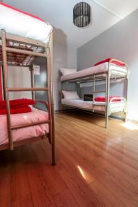 Uma ou mais camas em beliche em um quarto em Smart Place Gare du Nord by Hiphophostels
