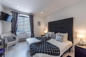 Uma cama ou camas num quarto em Suites @ Portarade