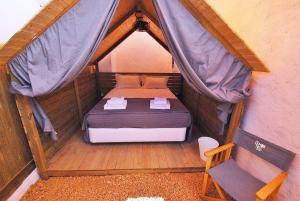 Uma cama ou camas num quarto em Lemon Tree Urban Camping