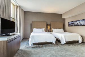 A bed or beds in a room at Hilton Garden Inn Indianapolis Downtown
