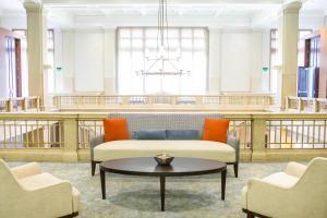 A seating area at Hilton Garden Inn Indianapolis Downtown