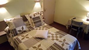 Un ou plusieurs lits dans un hébergement de l'établissement Hôtel Ronsin