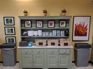 A kitchen or kitchenette at Vista Inn Lake Tarpon