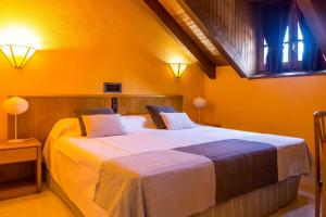 A bed or beds in a room at San Anton Benasque