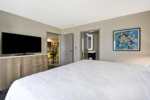 A bed or beds in a room at Home2 Suites By Hilton Texas City Houston