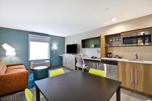 A kitchen or kitchenette at Home2 Suites By Hilton Texas City Houston
