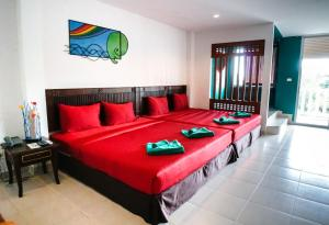 A bed or beds in a room at Karon Living Room - SHA Plus
