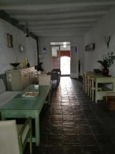 Um restaurante ou outro lugar para comer em Patio De La Luna