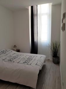 A bed or beds in a room at Coeur Vieux Port tout équipé
