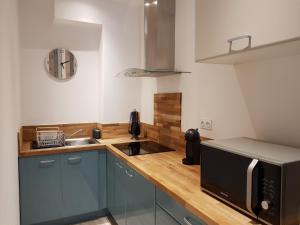A kitchen or kitchenette at Coeur Vieux Port tout équipé