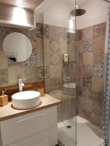 A bathroom at Coeur Vieux Port tout équipé