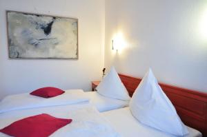 A bed or beds in a room at Cerano City Hotel Köln am Dom