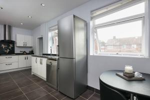 A kitchen or kitchenette at Derwent House, Heywood close to Manchester, Free parking