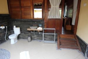 A bathroom at Mina Tanjung Hotel
