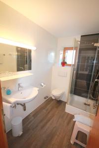 Un baño de Hotel Sonnenhof - bed & breakfast & appartements