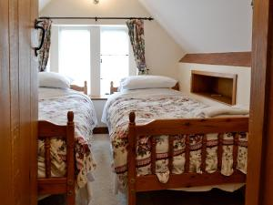 A bed or beds in a room at Gingerbread Cottage
