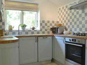 A kitchen or kitchenette at The Coach House