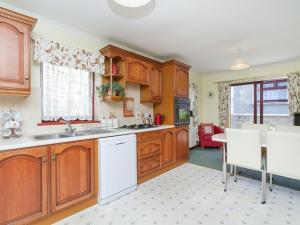 A kitchen or kitchenette at Dalriada Bungalow