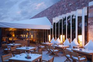 A restaurant or other place to eat at RAAS Jodhpur