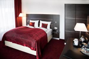 A bed or beds in a room at Hotel Rheingarten