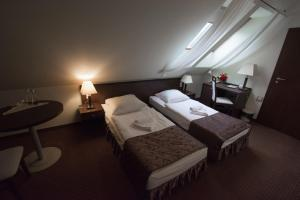 Łóżko lub łóżka w pokoju w obiekcie Hotel Pod Filarami