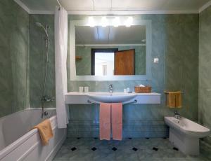 A bathroom at Dom Pedro Madeira