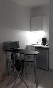 A kitchen or kitchenette at Studio tout confort La Timone