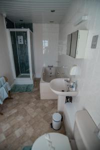 A bathroom at Holcombe Guest House